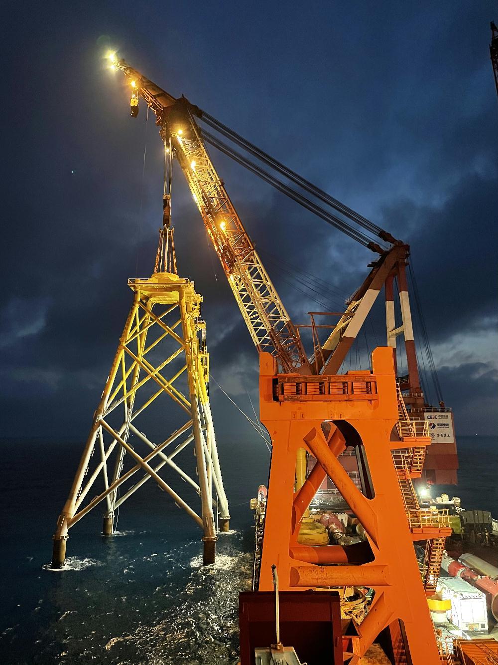 国内首个深水区海上风电项目首台风机基础导管架完成吊装